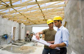 Bild på byggnadsarbetare som kolla byggritning